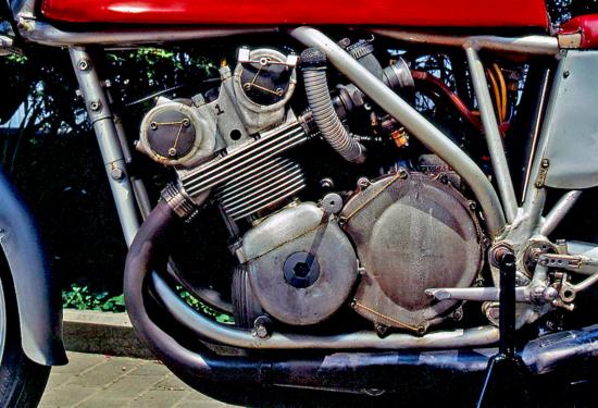 Per cercare di prolungare la carriera della gloriosa 500 a quattro cilindri nel 1965 è stata realizzata e provata una testa a sedici valvole, sensibilmente meno inclinate rispetto alla versione a otto
