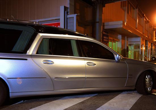 Carro funebre scappa alla Polizia: «Sono in ritardo per il funerale!»