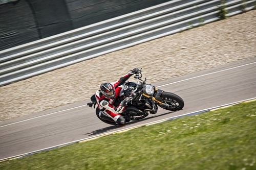 """Ducati Monster 1200S: """"Black on Black"""" (e rossa) per il 2020 (8)"""