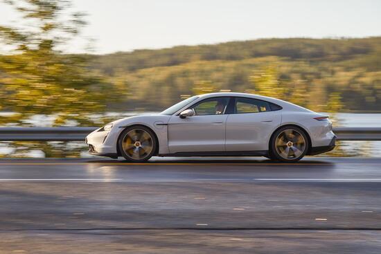 La Porsche Taycan si dimostra agile e combatte le inerzie con barre antirollio elettroniche