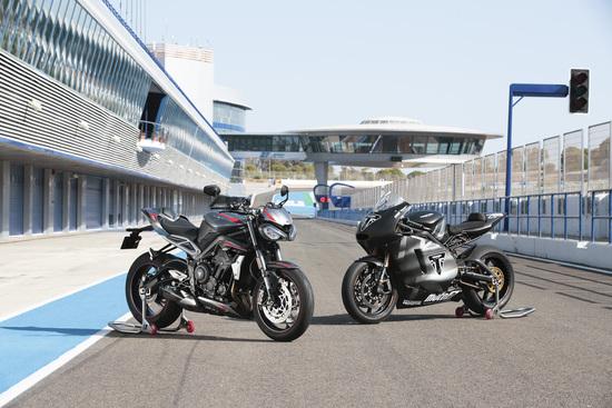 La Triumph Street Tripe RS 2020 a fianco della Moto2 da cui ha tratto le evoluzioni motoristiche