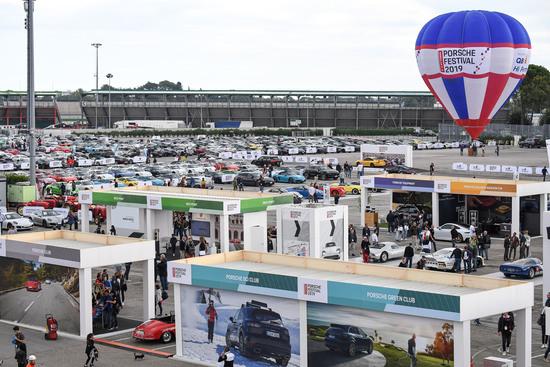 Il Porsche Village con i vari stand