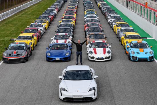 Le vetture allineate in pista per la foto di rito.