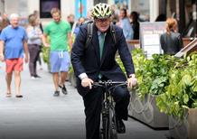 Bannato dall'uso della bici, Boris Johnson riceve in regalo una moto