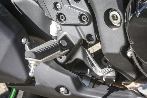 Le pedane della Kawasaki Z1000SX: il rivestimento in gomma mostra l'indole turistica