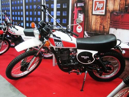 Uno stand d'epoca, star dello spettacolo le Yamaha XT 500