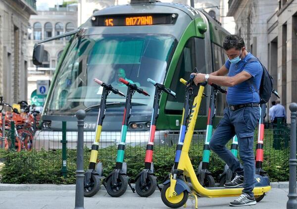 Milano. Scatta la rimozione per monopattini e bici in sosta vietata