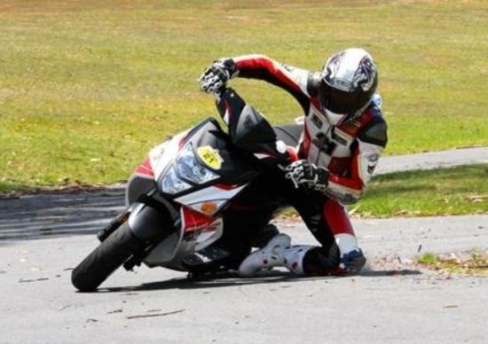 Troy Bayliss sullo scooter: è subito spettacolo