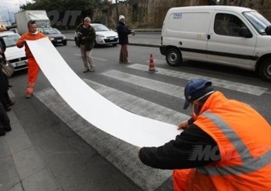 Le strisce pedonali fanno cadere i motociclisti a Milano