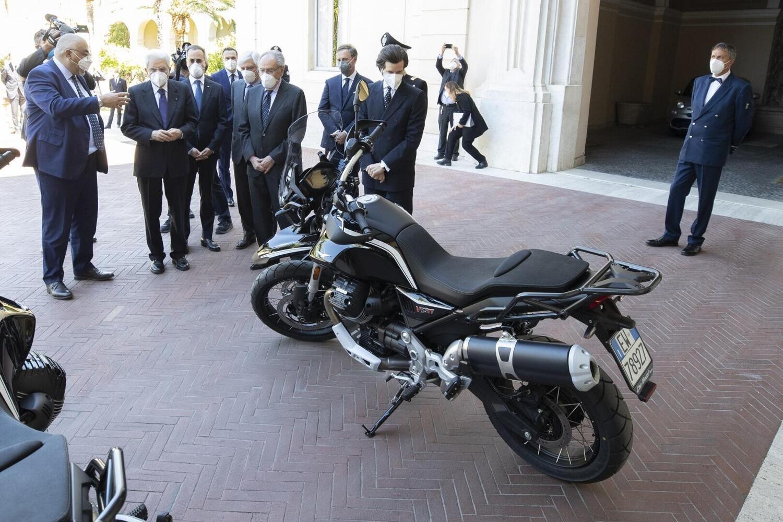Le Moto Guzzi V85TT per i Corazzieri presentate al presidente Sergio Mattarella