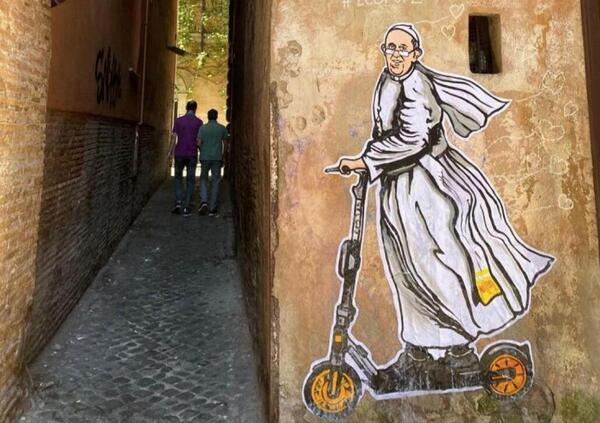 Il Papa in monopattino elettrico... sui muri di Roma