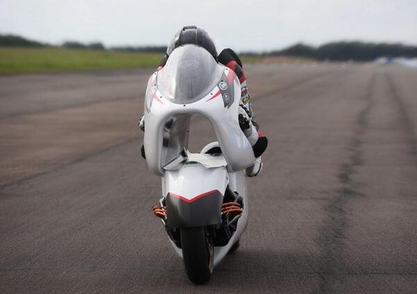 La moto elettrica col buco ha superato il primo test: punta al record di velocità