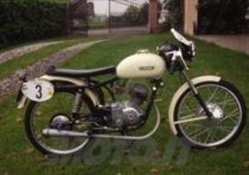 La Laverda 75 è stata grande protagonista delle gare stradali negli anni Cinquanta. Questa è la versione Milano-Taranto del 1956