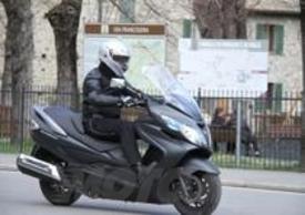 Il Suzuki Burgman 400 Lux ha un interasse quasi da moto custom