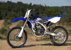 Yamaha YZ-F 250 2014 per la prossima stagione è stata interamente riprogettata. Ha ora il motore (a iniezione, prima era a carburatore) girato di 180°, 4 valvole al posto di 5, lubrificazione a carter umido e telaio e plastiche inediti (e uguali alla 450)