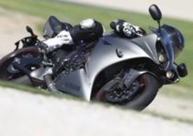 Per il 2012 la Yamaha YZF-R1 passa sotto i ferri del chirurgo estetico che sapientemente le dona uno sguardo ancora più cattivo, grazie a due luci di posizione a led ai lati dei fari e a un musetto più pronunciato