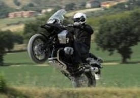 In uscita dalle curve medio/lente la moto tende a pompare molto meno col posteriore