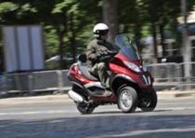 """Il motore 300 sfodera uno spunto notevole sui più leggeri scooter """"normali"""", ma tuttavia anche qui il vantaggio sul 250 è palpabile"""