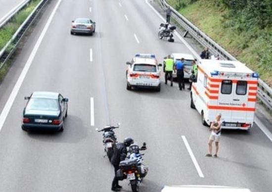 Incidente da incubo in autostrada: moto perde la ruota