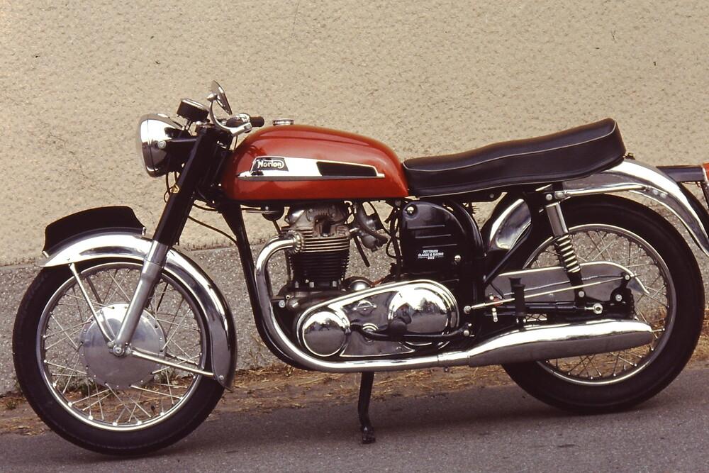 La Norton Atlas a suo tempo è stata una delle sportive più ambite. Sul finire degli anni Sessanta però appariva superata come linea e come ciclistica. E poi le vibrazioni del suo bicilindrico di 750 cm3 erano tremende