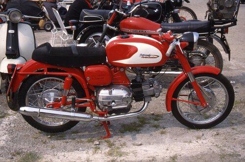 Questa è l'Ala Verde, sportiva di classica scuola italiana, nella prima versione a cinque marce (entrata in produzione nel 1963), con ruote da 17 pollici. Il motore a corsa lunga (misure caratteristiche = 66 x 72 mm) aveva il cilindro in ghisa