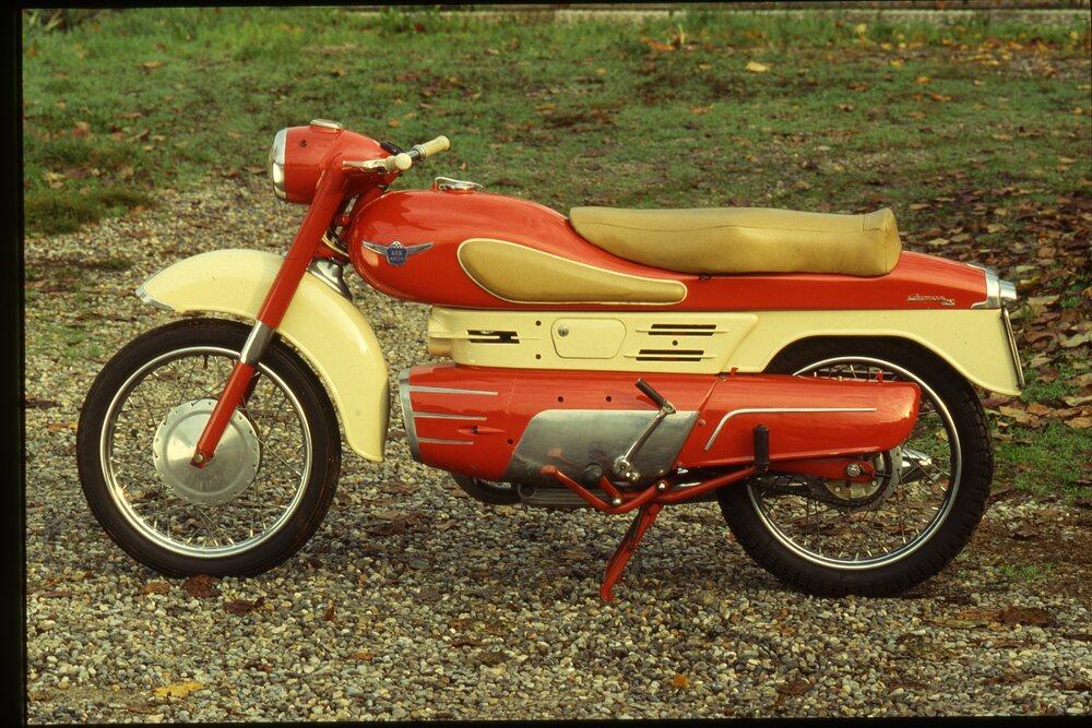 La Chimera, realizzata in versioni di 175 e di 250 cm3, non ha avuto successo, ma è stata l'antenata di una intera generazione di eccellenti monocilindriche Aermacchi. Il telaio e il motore erano stati progettati da Alfredo Bianchi