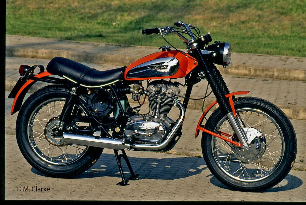 Questo è un bell'esemplare di Ducati Scrambler 350 dei primi anni Settanta (solo il portatarga non è originale). Volendo, era possibile trapiantare nel suo telaio il motore di 450 cm3, che però era facilmente individuabile da un occhio esperto