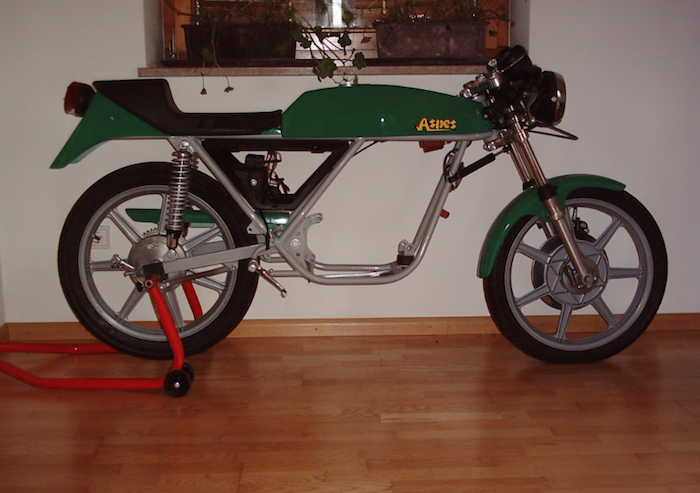 Telaio Juma con attacco motore dotato di mono silent block all' anteriore e attacco posteriore al perno forcellone.