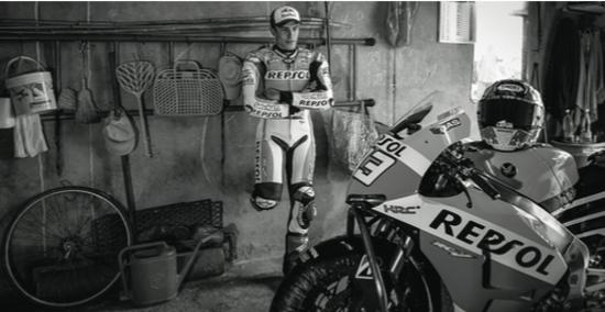 Un'immagine di Marc Marquez, in bianco e nero, che illustra la peculiare filosofia di questa mostra
