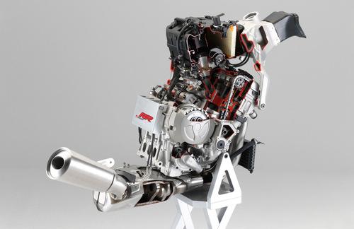 Forti alesaggi abbinati a corse modeste (in foto il BMW S1000RR) consentono di raggiungere regimi di rotazione molto alti e di ottenere una ottima respirazione, grazie alle valvole di grande diametro che è possibile installare.