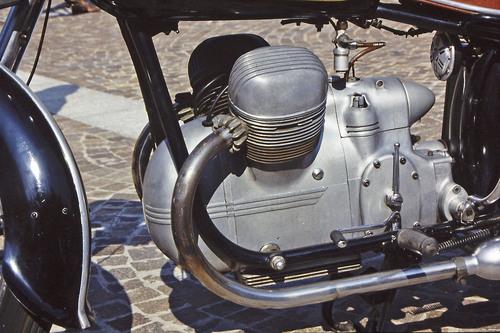 La Victoria Bergmeister è stata costruita dal 1952 al 1956, ottenendo una buona diffusione in Germania. I due cilindri erano a V di 64°, la cilindrata era di 350 cm3 e la distribuzione ad aste e bilancieri