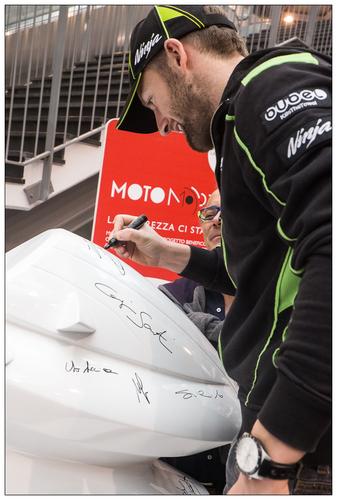 Anche Tom Sykes ha lasciato il suo autografo sulla Motomorphosis