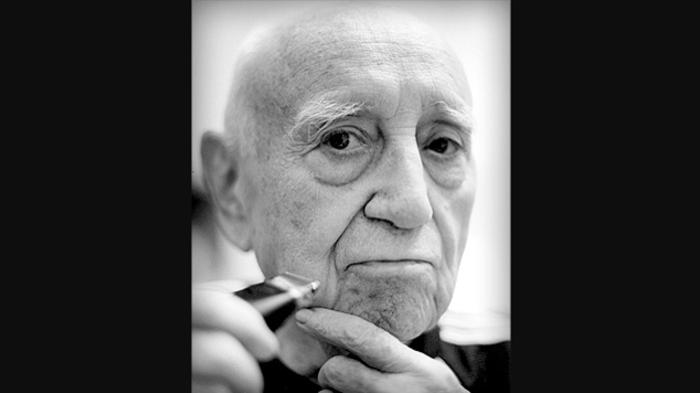 Bruno Cavalieri Ducati con il rasoio elettrico prodotto dalla sua azienda