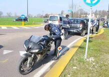 Causa incidente con la moto, fugge e invita tutti a prendere la targa