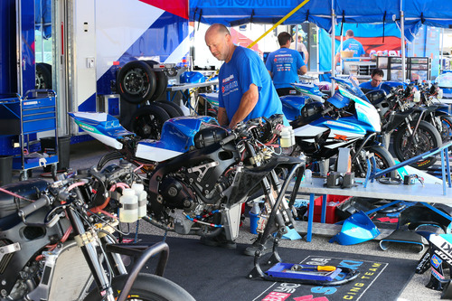Il team Yoshimura al lavoro sulle moto da gara