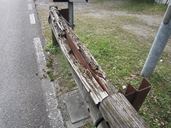 L'ANAS si è impegnata a sistemare le barriere di legno. Seguiremo lo stato dei lavori nelle prossime settimane