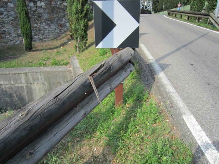 Il guard rail in legno è scelto per tutelare il paesaggio. Ma richiede una manutenzione attenta, altrimenti le schegge possono creare veri disastri in caso di urto