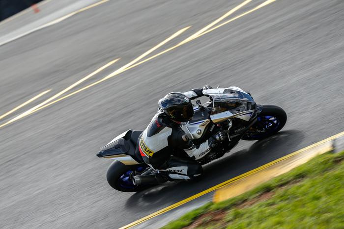 La Yamaha YZF-R1M impegnata sul circuito di Eastern Creek