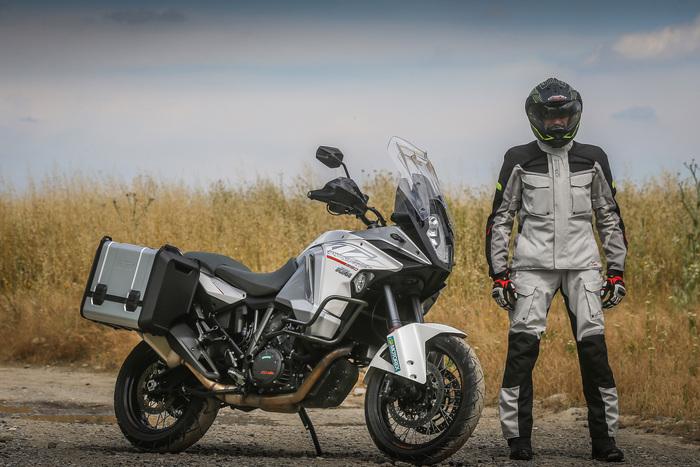 La 1290 ha una dotazione al top e costa oltre 2.000 euro meno dell'italiana. Maurizio Gissi indossa casco Caberg, completo Alpinestars e stivali TCX