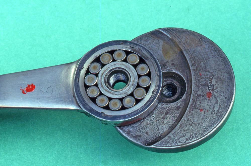 Tecnica di una volta! Ecco un esempio di biella con testa di ridotto spessore che lavorava su rulli sciolti di grande diametro. Era montata su di un motore inglese degli anni Venti