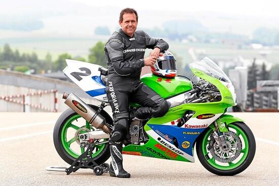 Jochen Schmid ad una rievocazione con la sua Kawasaki (foto Speedweek)