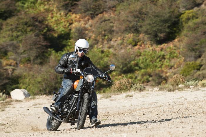 A fine giornata abbiamo giocato un po' con la Scrambler 400, che si conferma una moto facile, adatta ai giri senza fretta anche in due