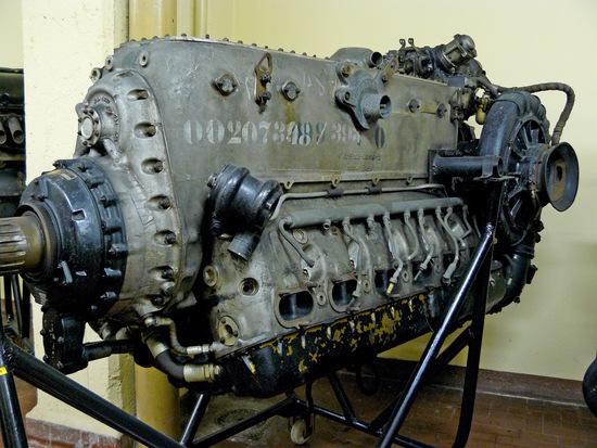 I primi motori a benzina ad adottare di serie l'iniezione diretta sono stati quelli d'aviazione tedeschi a partire dalla seconda metà degli anni Trenta. Questo è un Daimler Benz DB 605 a 12 cilindri a V invertito di 35,7 litri di cilindrata, entrato in produzione nel 1942