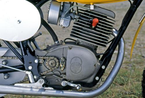 Il gruppo testa-cilindro realizzato dai fratelli Frigerio era dotato di una tipica forma squadrata. Originariamente veniva impiegato un carburatore UBS da 24 mm, ma in seguito è stato adottato un VHB da 25 mm, visibile nella foto. La seconda candela è accessibile dalla parte posteriore della testa