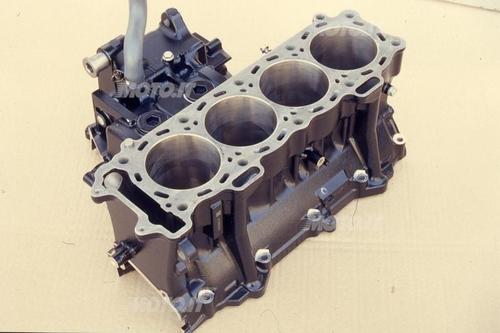 Closed deck Kawasaki: blocco cilindri integrato con basamento, in lega di alluminio, di un motore motociclistico. Closed deck con canne integrali dotate di riporto superficiale