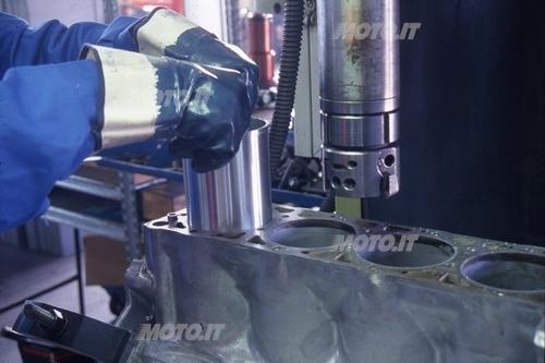 Canna azoto liquido = installazione di una canna secca, precedentemente raffreddata con azoto liquido, nell'alloggiamento del blocco cilindri