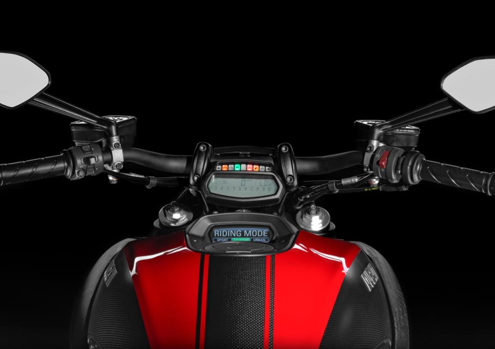 Ducati Diavel Carbon (2017 - 18) (4)