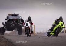 Un buggy V8 sfida due Triumph Daytona Turbo a colpi di drift - Video