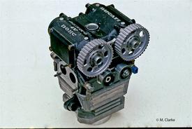 Per il motore Yamaha i tecnici Girotti, Martignoni e Mattioli hanno realizzato dal pieno un nuovo cilindro sul quale hanno montato una testa Ducati desmo bialbero a quattro valvole