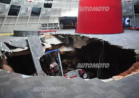 Corvette: crolla il museo, supercar inghiottite da una voragine